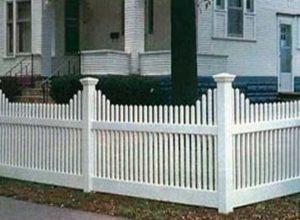 Невысокий забор из штакетника