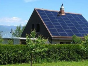 Крыша дома с аккумуляторами солнца