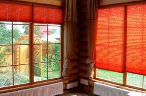 Красные жалюзи для дачного домика