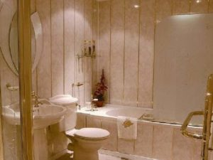 Панели в ванной под золото