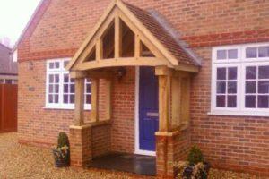 Навес деревянный для кирпичного дома
