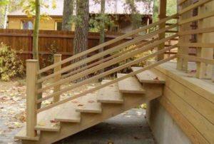 Деревянная лестница для входа