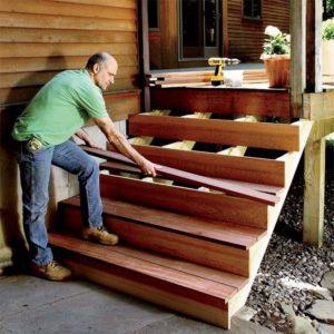 Монтаж ступеней у лестницы для входа