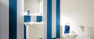 Бело синие панели в ванной