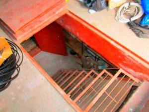 Основательный вход в подвал гаража