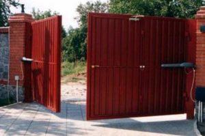 Красные ворота распашного типа