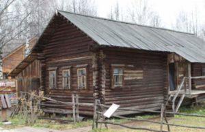 Старенький деревянный дом