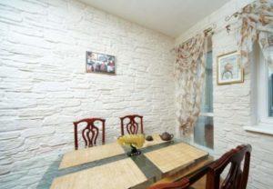 Белый камень на стенах в кухне
