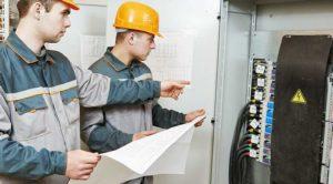Рабочие и электрощит