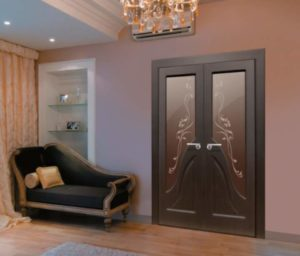 Двойная межкомнатная дверь подобрана под диван