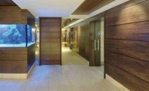 Интерьер с панелями из дерева