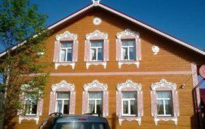 Внешний вид дома с резными окнами