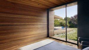 Спальня с панелями из дерева