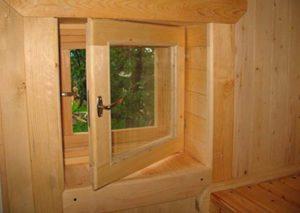 Маленькое окно из дерева