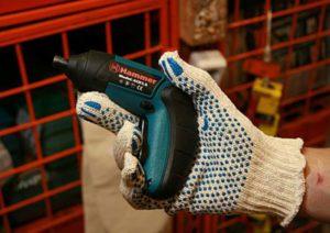 Отвертка аккумуляторная в руке