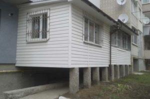 Балкон на сваях