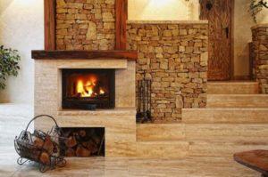 Интерьер комнаты с камином