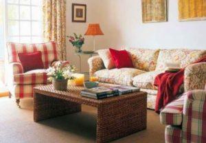 Красные диванные подушки