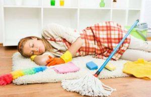 Девушка спит, уборка идет