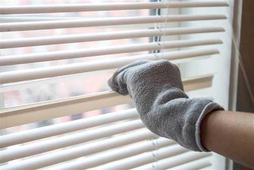 как почистить жалюзи носками