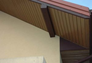 Крыша подшита сайдингом