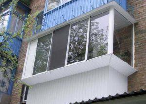 Белое окно из алюминиевой рамы на балконе