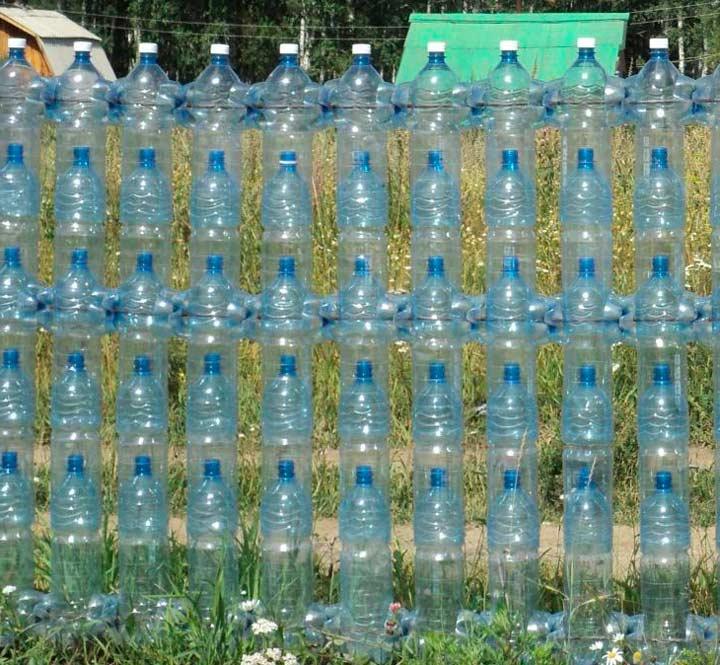 Высокий забор из бутылок