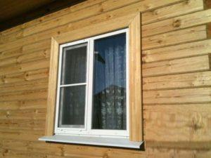 Окно с деревянными наличниками