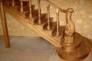 Красивая резная лестница из дуба