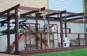 Домик из дерева для кошки на дачу