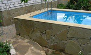 Вид маленького бассейна на даче