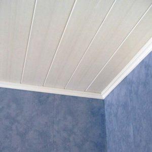 В спальне потолок из панелей