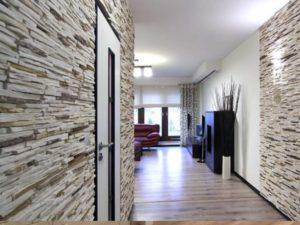 Коридор офиса облицован плиткой под камень