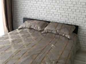 Спальня с плиткой гипсовой