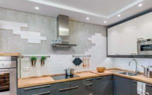 Кухня с обоями и плиткой