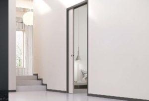 Белая стена и двери без наличников