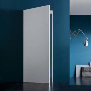 Синяя стена и двери без наличников