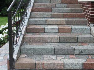 Плитка каменная на ступенях