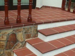 Плитка терракотового цвета на уличных ступенях