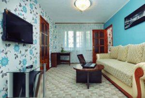 Гостиная комната узкого типа после ремонта
