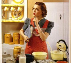 Девушка занята кухней