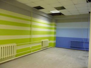 Зеленые полосы на стене гаража