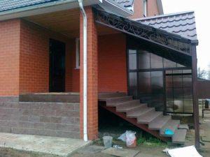 Дом и крыльцо с навесом