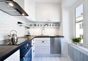Белая кухня черная плита