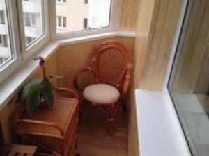 Кресло и маленький балкон