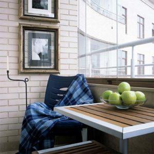 Балкон с яблоками