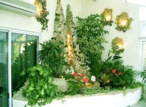 Угол дома с зелеными насаждениями