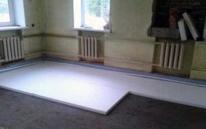 Комната и пенопласт на полу