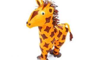 В интерьере жираф из бутылок