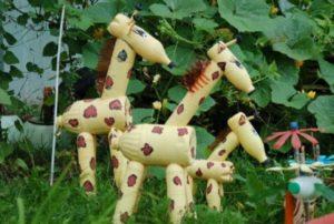 В саду жираф из бутылок